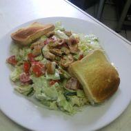 Zeleninový salát s kuřecím masem a zákyskou recept