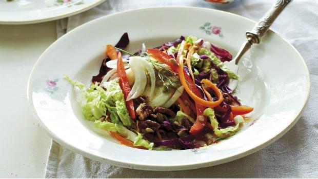 Barevný zelný salát s medovým vinaigrette a pekanovými ořechy ...