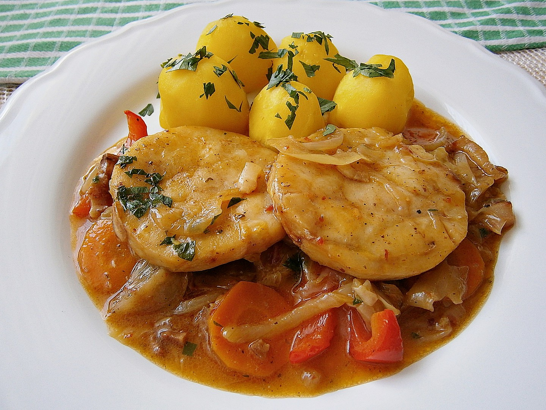 Rybí Hoki medailonky na špeku, se zeleninou a bramborem recept ...