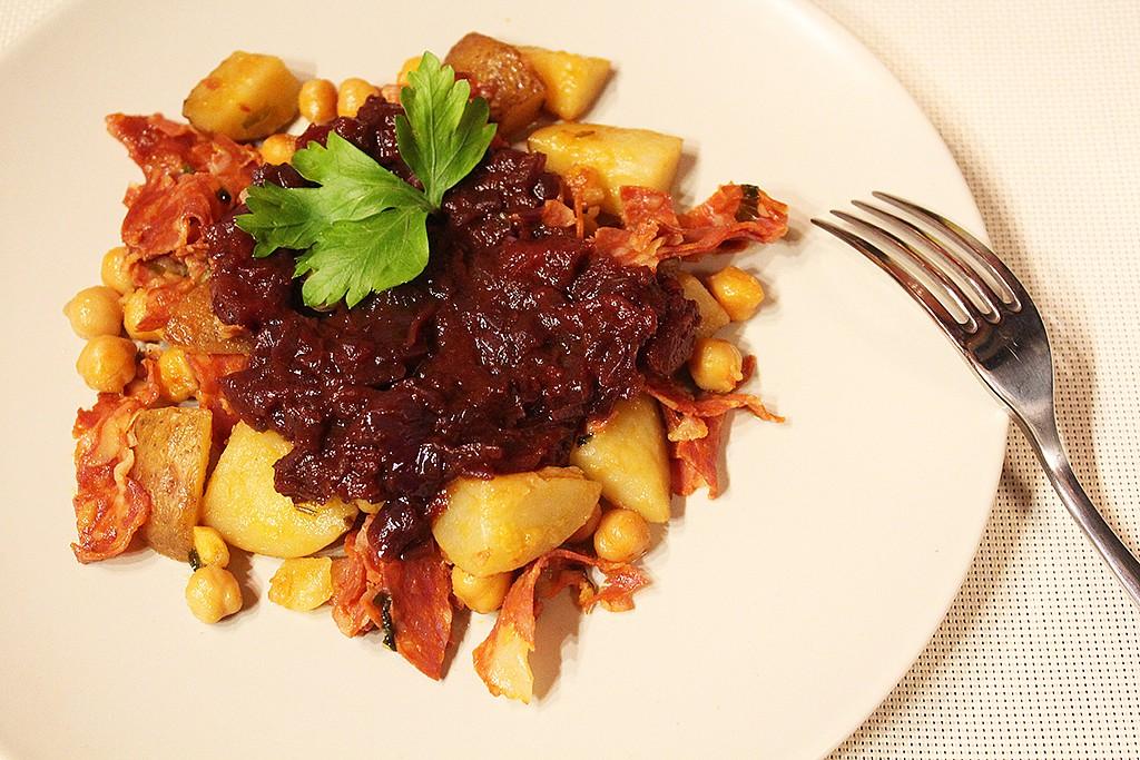 Červené brambory s chorizem ve stylu patatas bravas recept ...