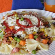 Těstoviny se salámem a zeleninou recept