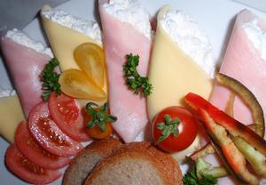Sýr a šunka s křenovou smetanou