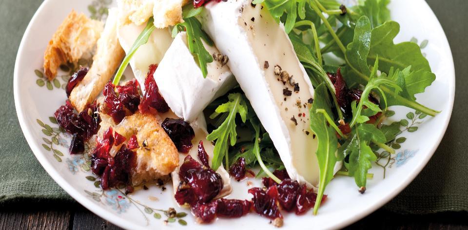 Salát s hermelínem a brusinkovým dresinkem