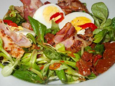 Salát s rajčaty, slaninou, polníčkem a vejci