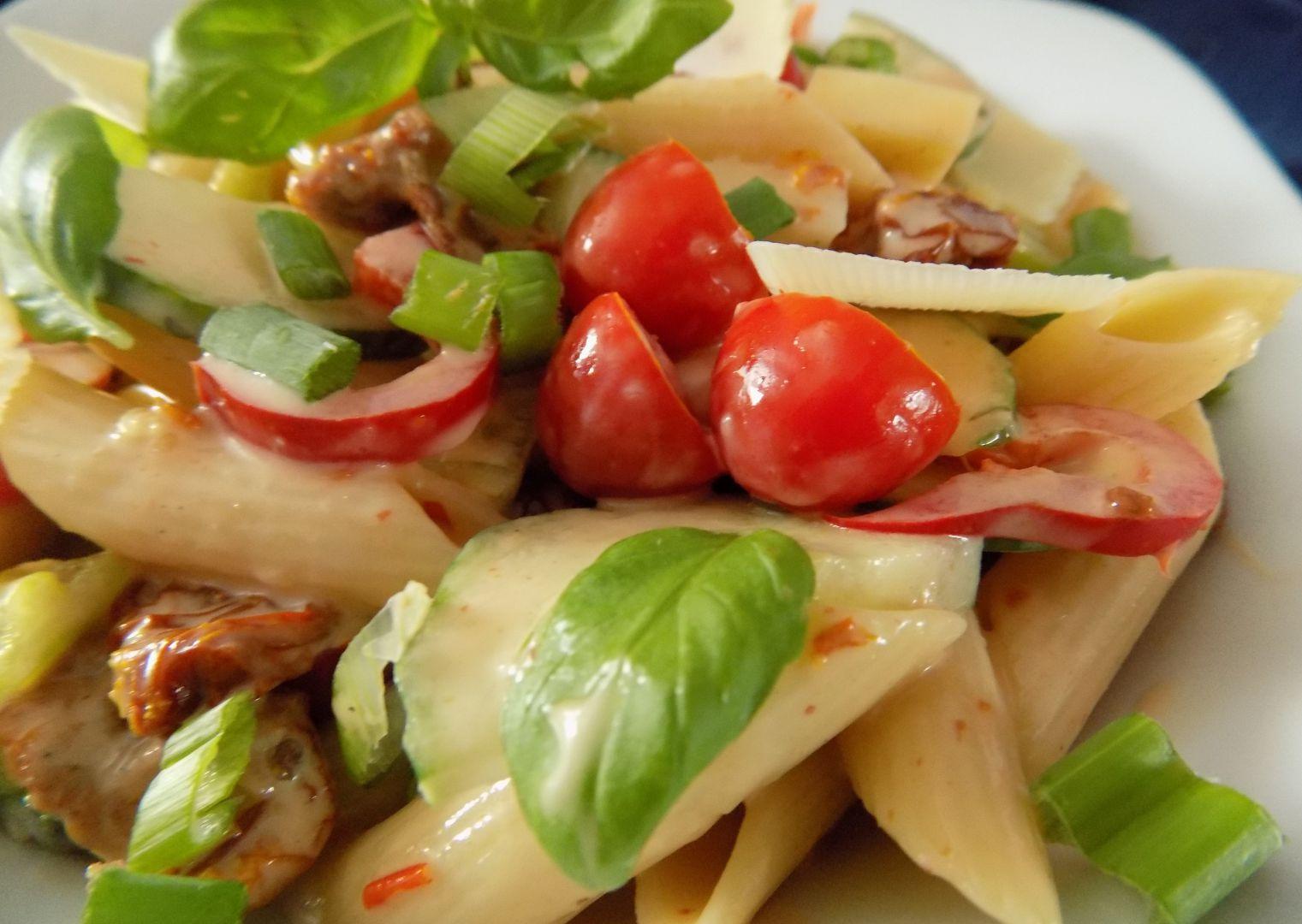 Těstovinový salát se sušenými rajčaty a zeleninou recept ...
