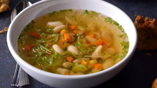 Svěží fazolová polévka s citronem