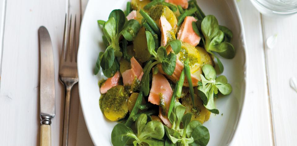 Bramborový salát s fazolkami a lososem