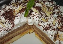 Sváteční dvoubarevný dort s karamelovým krémem a broskvemi ...