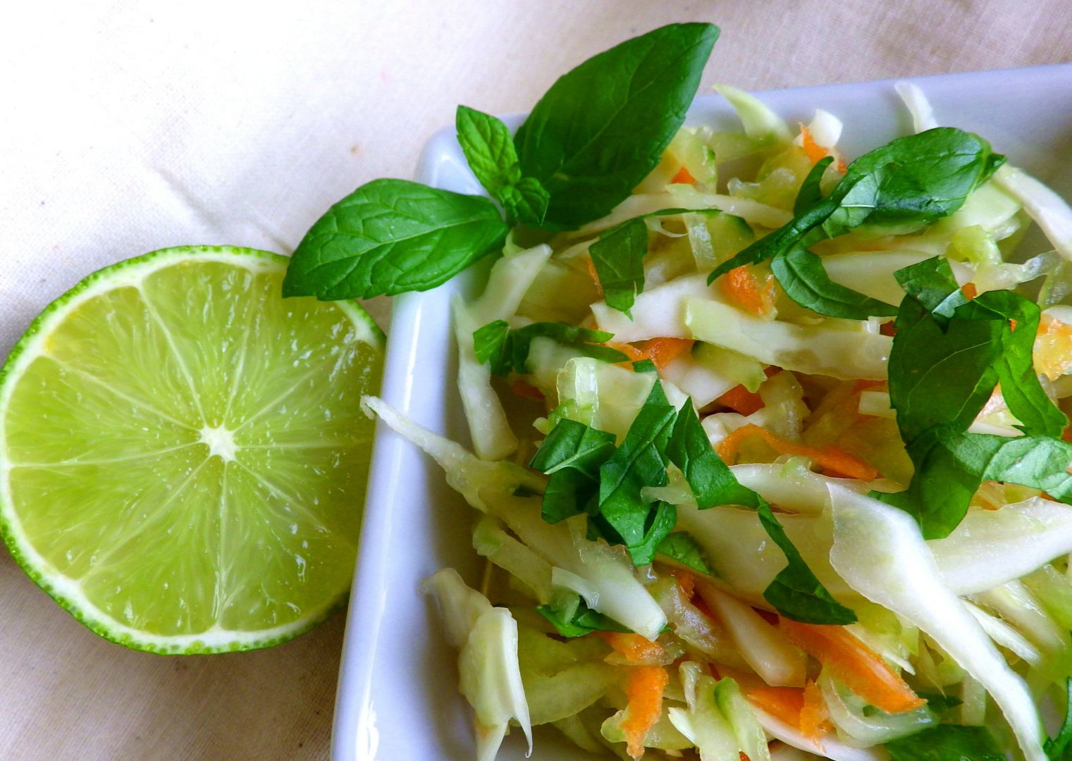 Zelný salát s karotkou, okurkou a mátou recept