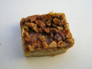 Medovník s ořechy