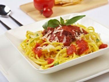 Těstoviny se sýrem a rajčatovým protlakem