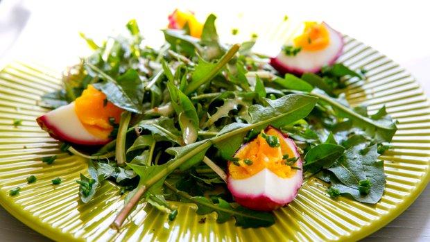 Pampeliškový salát s vejcem natvrdo