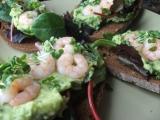 Chléb obložený krevetami a guacamole recept