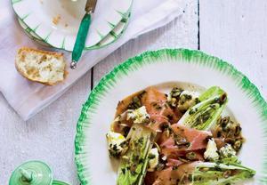 Čekankový salát s plísňovým sýrem a pršutem