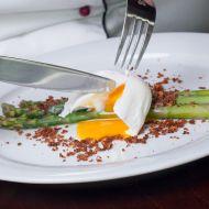 Bylinkový chřest s pošírovaným bio vejcem a celerovou strouhankou ...