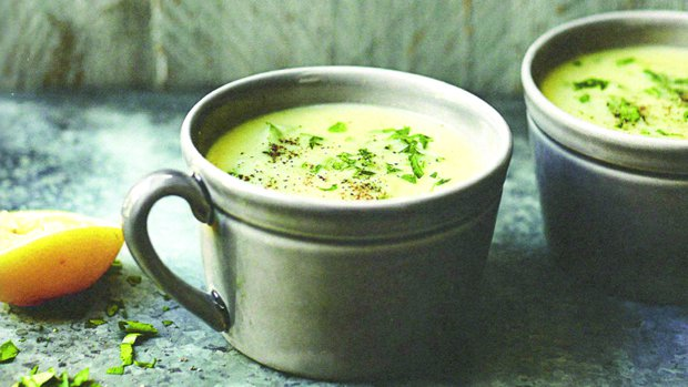 Celerová polévka s křenem, citronem a petrželí