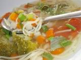 Vývar s kari chutí , čerstvou zeleninou a bylinkami recept ...