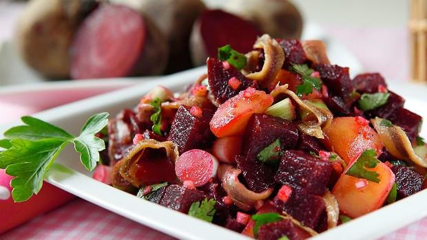 Salát z červené řepy, brambor a ančoviček