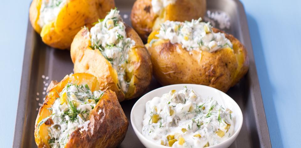Pečené brambory s ochucenou smetanou