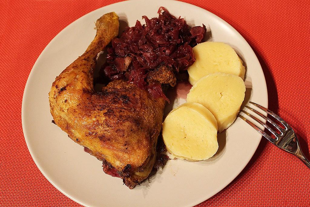 Kuřecí stehna na červeném zelí recept