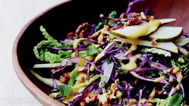 Zimní zelný salát s hruškou a vlašskými ořechy