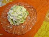 Vajíčkový salát s okurkou a římským salátem v jogurtovokřenové ...