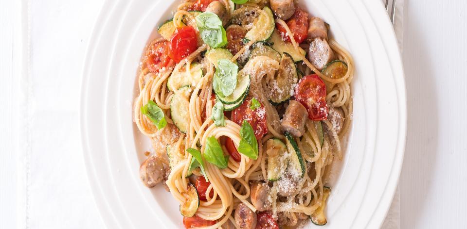 Spaghetti s rajčaty, bazalkou a klobáskou