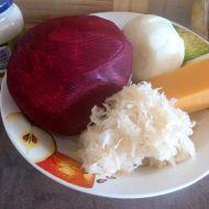 Salát ze syrové červené řepy a kysaného zelí recept