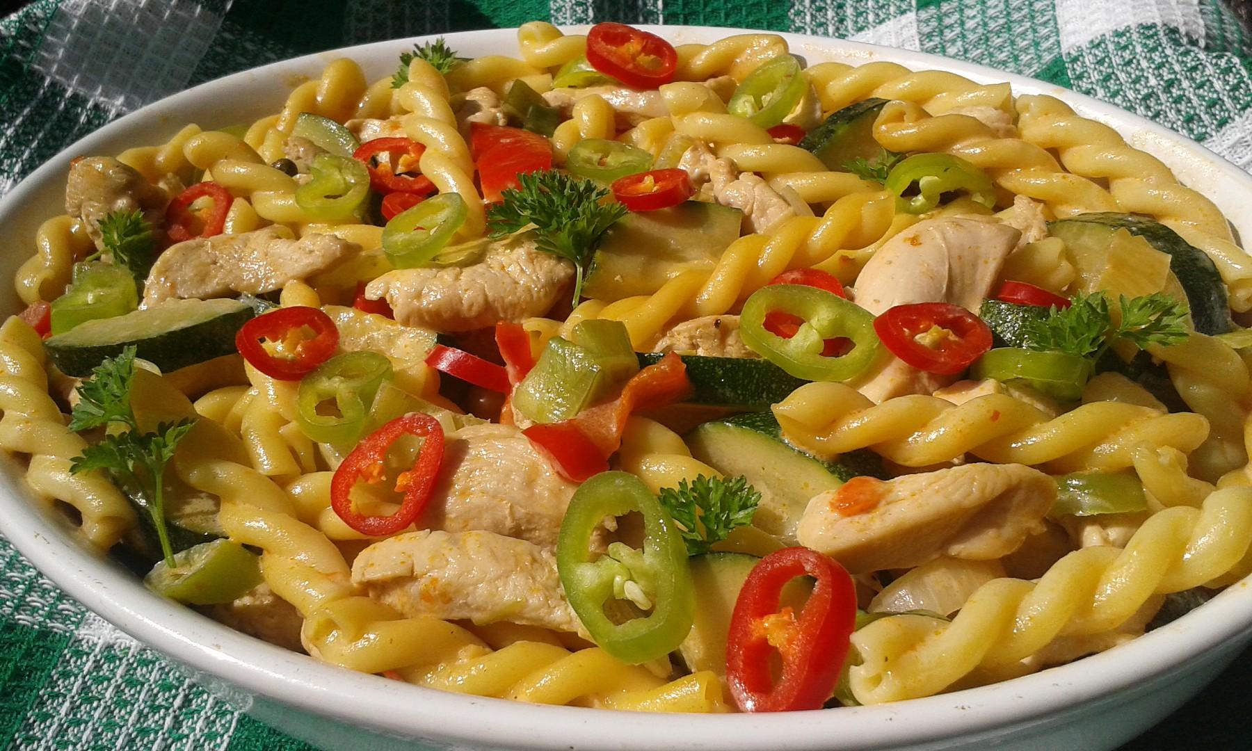 Pikantní kuřecí kousky se zeleninou a nudlemi recept