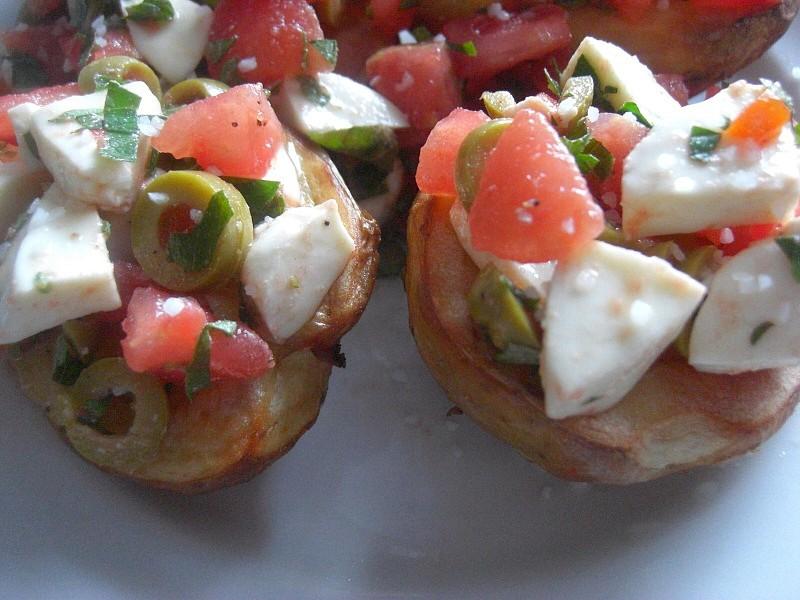 Pečené brambory s rajčaty, olivami a mozzarellou recept ...