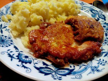Smažený kuřecí řízek v kořeněném sýrovém obalu