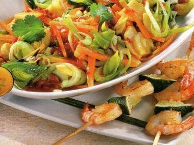 Salát po asijsku s krevetovými špízy