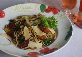 Těstoviny s chorizem, medvědím česnekem a sušenými rajčátky ...