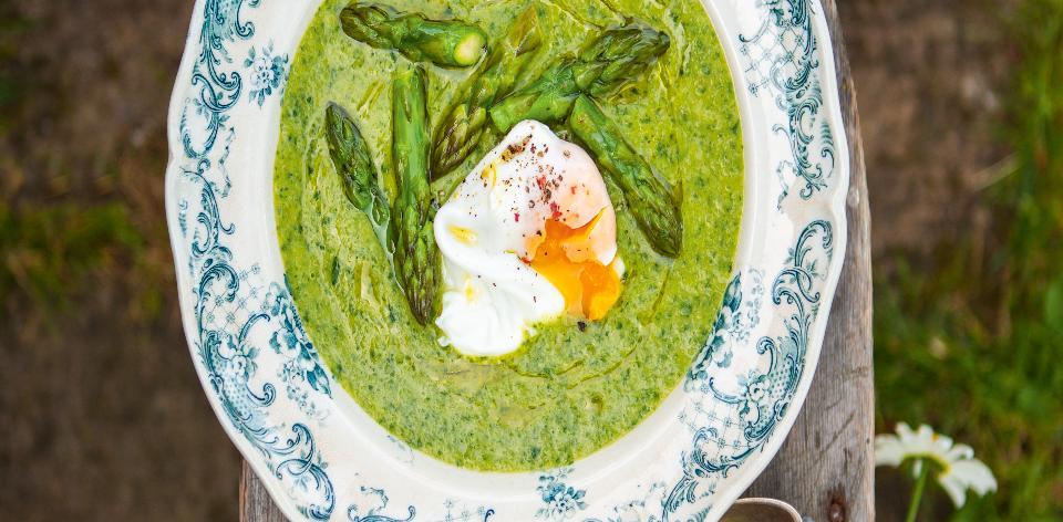 Chřestová polévka s pošírovaným vejcem
