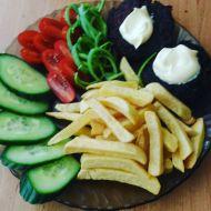 Karbanátky z červené řepy s hranolky a zeleninovou oblohou recept ...
