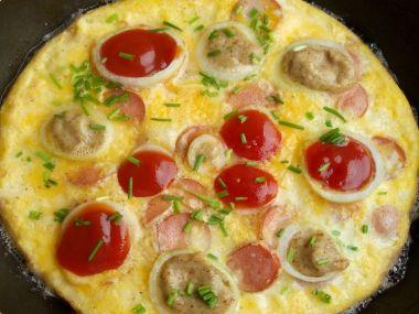 Sýrová omeleta s hořčicí a kečupem