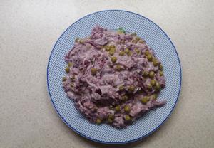 Salát z červeného zelí s hráškem