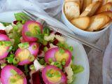 Ledový salát s mozarellou, naloženými vejci a červenou řepou ...