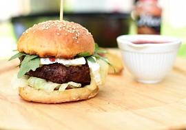 Hovězí burger se sýrem Brie, brusinkovou omáčkou a salátem ...