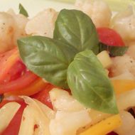 Květákový salát s bazalkou recept