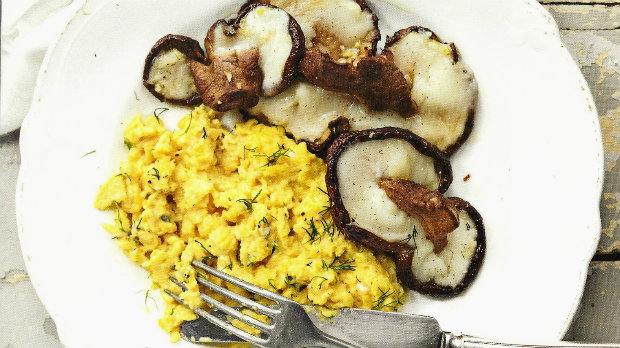 Míchaná vejce s pečenými žampiony a kozím sýrem