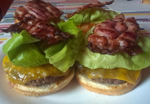 Klasický americký hamburger na grilu
