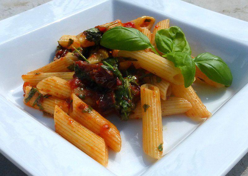 Penne s rajčaty, česnekem a rukolou recept
