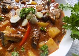 Houbový guláš s brambory a kapií bez mouky recept