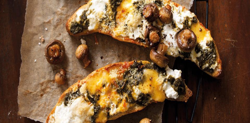 Domácí rohlíky s pestem, houbami a kozím sýrem