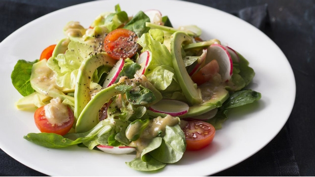 Salát s avokádem a hořčičnou zálivkou