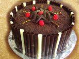 Čokoládový dort s čokoládou a čokoládovými ručně dělanými čoko ...