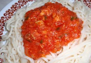 Jednoduché rajčatové těstoviny s tuňákem