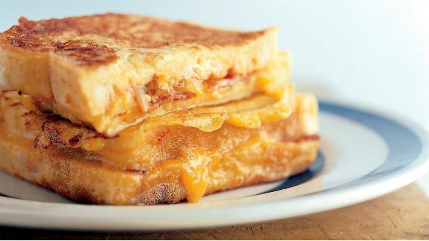 Vaječný sendvič plněný čedarem a slaninou