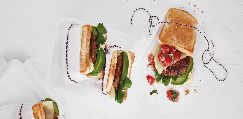 Burger s avokádem a salsou
